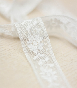 Ivory floral pattern chantilly lace trimming