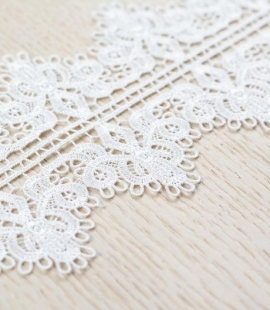 Off white figurative pattern macrame lace trimming