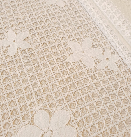 Ivory 100% polyester floral guipure lace fabric. Photo 2