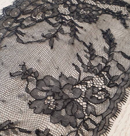 Black chantilly lace trimming. Photo 2