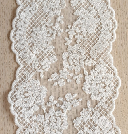 Ivory guipure lace trimming. Photo 1
