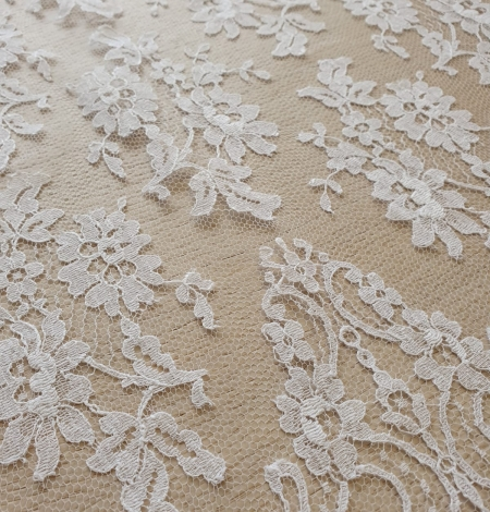 White chantilly lace fabric . Photo 5