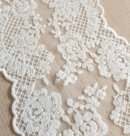 Ivory guipure lace trimming. Photo 2