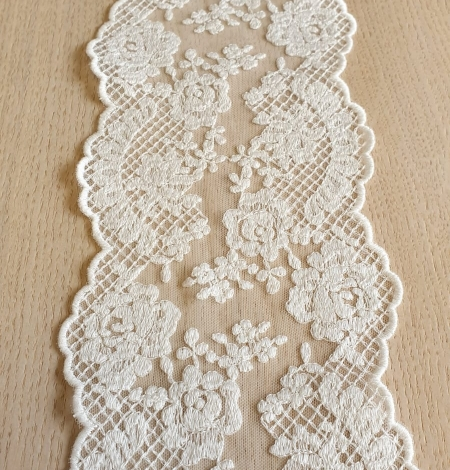 Ivory guipure lace trimming. Photo 4