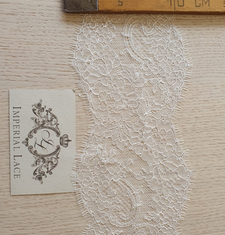 Ivory chantilly lace trimming. Photo 7