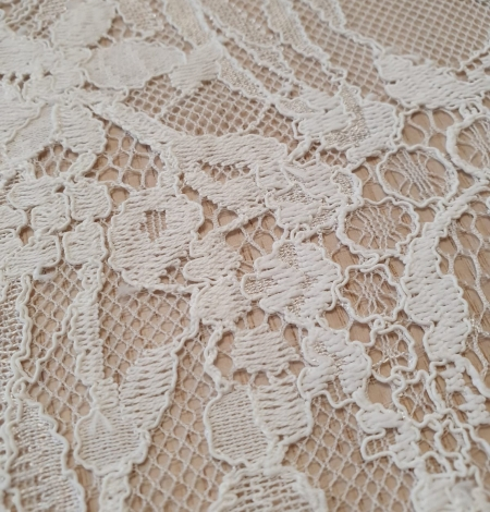 Ivory floral pattern chantilly lace fabric. Photo 4