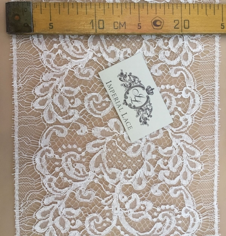 Off-white lace trim. Photo 5