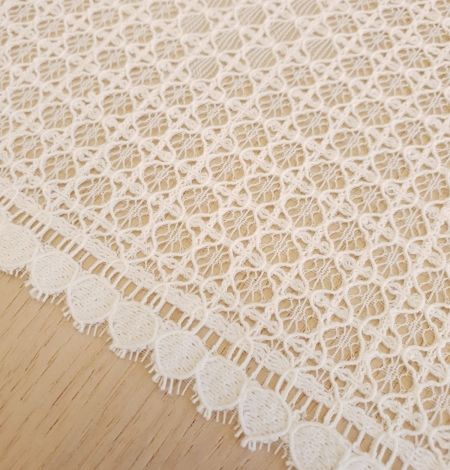 Ivory 100% polyester floral guipure lace fabric. Photo 5