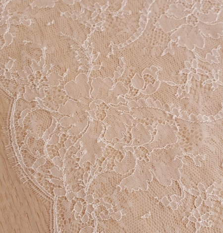 Ivory viscose chantilly lace trimming. Photo 3