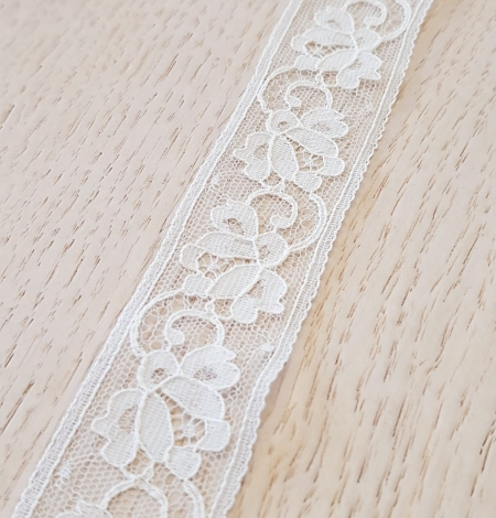 Ivory chantilly lace trimming. Photo 3