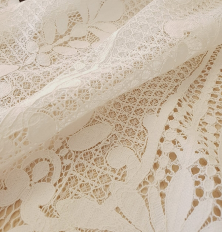Ivory 100% polyester floral guipure lace fabric. Photo 6