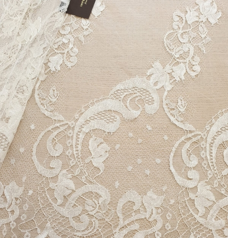 Ivory natural chantilly lace fabric. Photo 1
