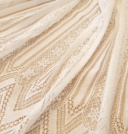 Ivory 100% polyester stripes and flowers guipure lace fabric. Photo 3