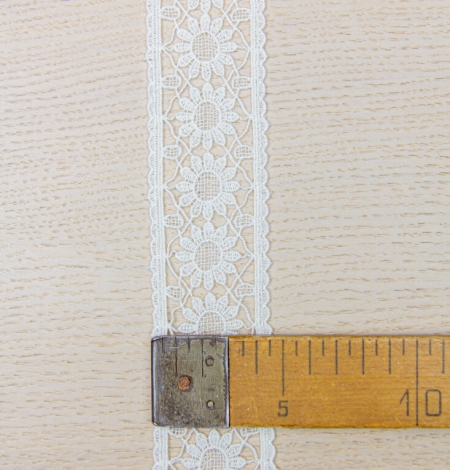 Ivory floral pattern macrame lace trimming. Photo 7