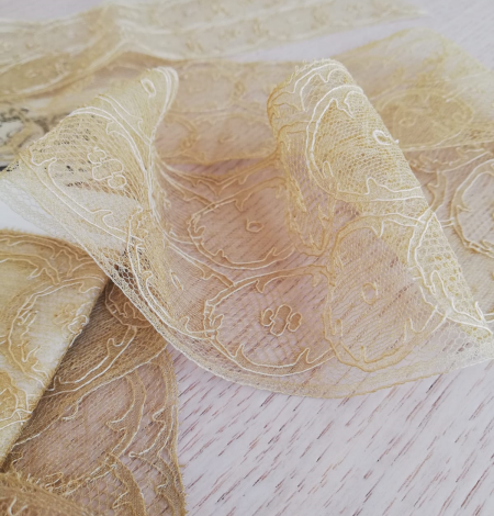 Gold lace trimming. Photo 5