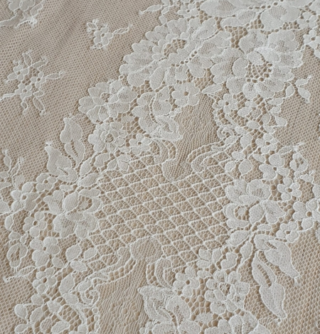 Ivory chantilly lace fabric. Photo 6