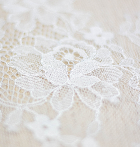 Off white floral pattern chantilly lace fabric. Photo 4