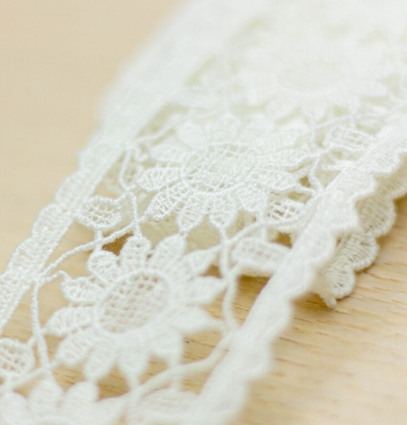 Ivory floral pattern macrame lace trimming. Photo 1