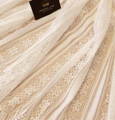 Ivory 100% polyester stripes and flowers guipure lace fabric. Photo 4