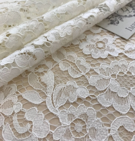 Ivory and offwhite lace fabric. Photo 5