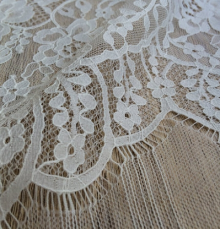 Ivory floral chantilly lace. Photo 3