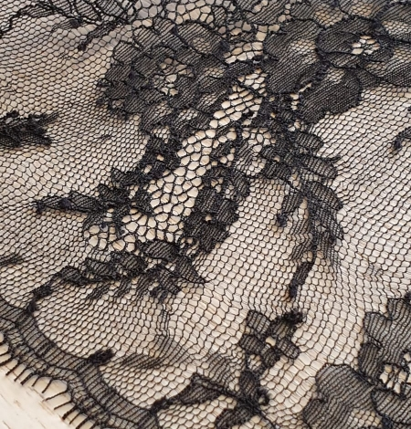 Black chantilly lace trimming. Photo 4