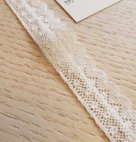 Ivory chantilly lace trimming. Photo 2