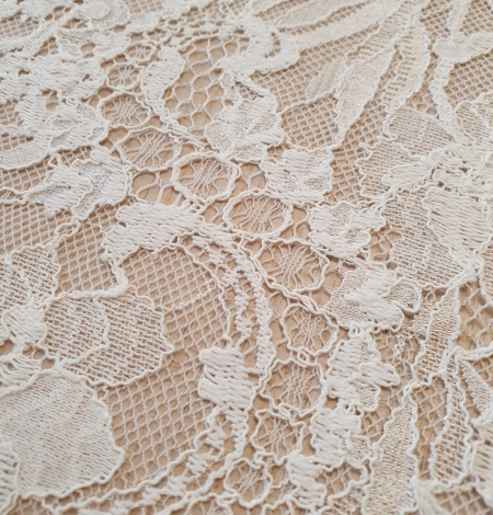Ivory floral pattern chantilly lace fabric. Photo 6