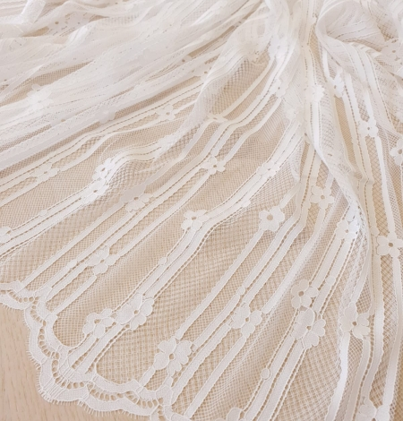 Off white 100% polyester lines and floral pattern chantilly lace fabric . Photo 3