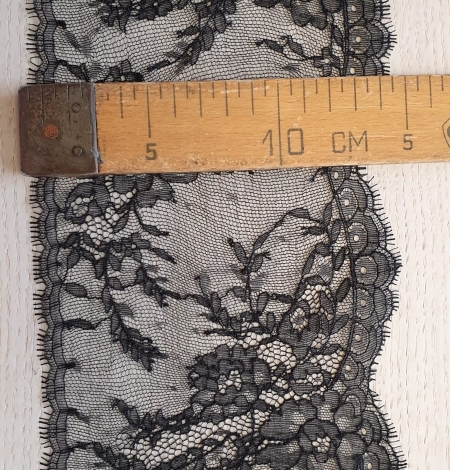 Black chantilly lace trimming. Photo 5