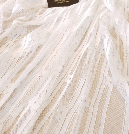 Off white 100% polyester lines and floral pattern chantilly lace fabric . Photo 2