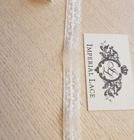 Ivory chantilly lace trimming. Photo 4
