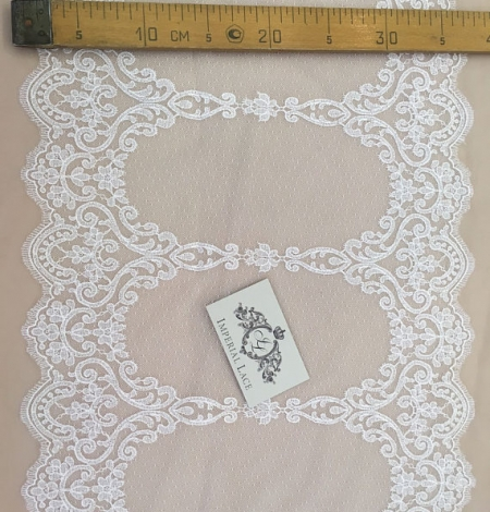 Offwhite lace trim. Photo 5