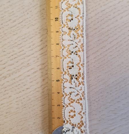 Ecru chantilly lace trimming. Photo 4