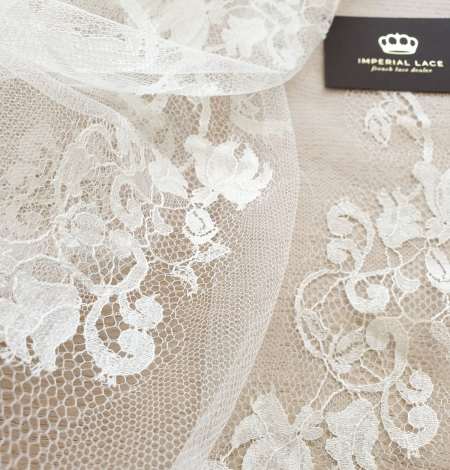 Ivory natural chantilly lace fabric. Photo 3