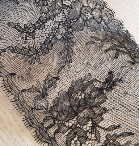 Black chantilly lace trimming. Photo 3