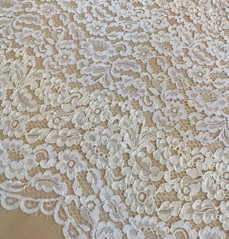 Ivory floral pattern guipure lace fabric. Photo 1