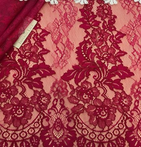 Fuchsia pink lace fabric. Photo 2