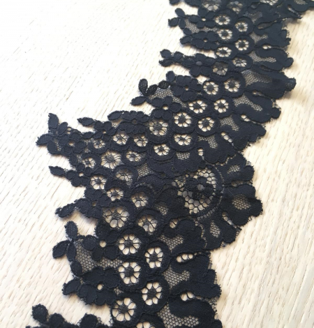 Black lace trimming. Photo 4