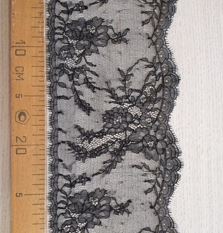 Black chantilly lace trimming. Photo 6