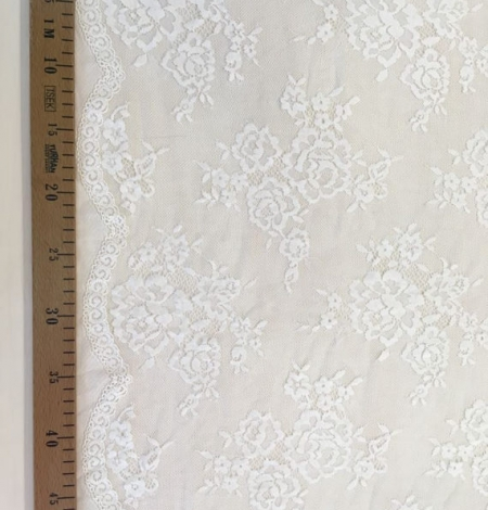 Ivory flowers with off white net chantilly lace. Photo 5