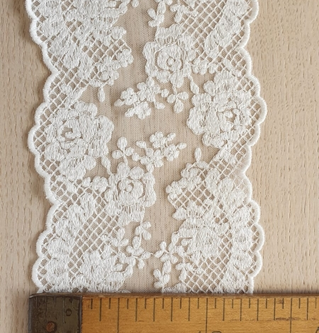 Ivory guipure lace trimming. Photo 6