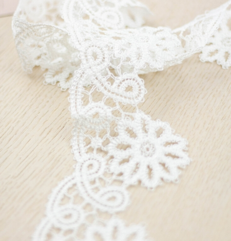 Ivory floral pattern macrame lace trimming. Photo 2