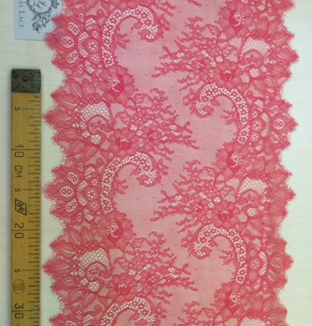 Red lace trim. Photo 5