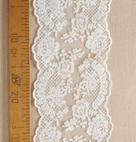 Ivory guipure lace trimming. Photo 5