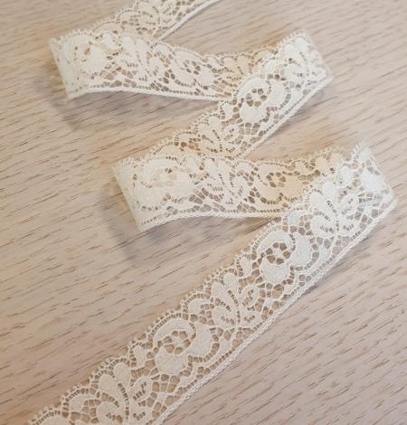 Ecru chantilly lace trimming. Photo 1