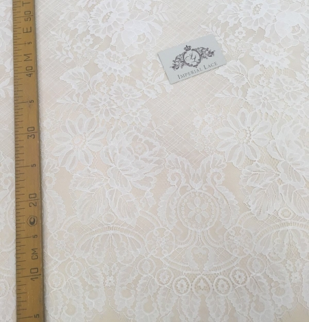 Off-white lace fabric with flowers. Photo 5