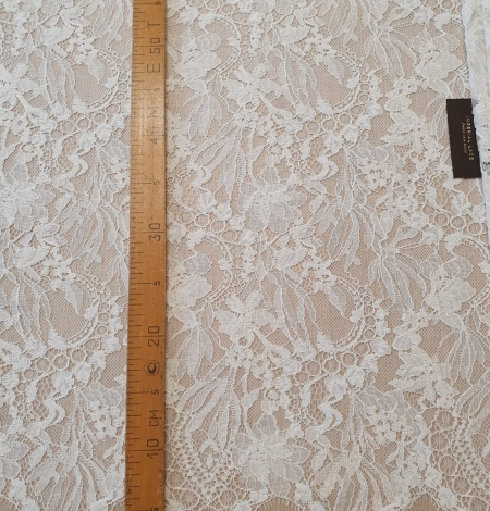 Ivory floral pattern chantilly lace fabric. Photo 9